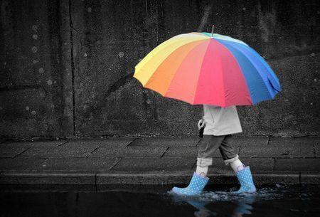 一个女人拿一把伞_男人如伞,要靠女人来撑